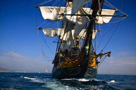 """HMS """"Surprise żegluga statków na morzu pod pełnymi żaglami z Tall Ships w tle. Zdjęcie Seryjne"""