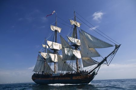 Tall Ship pod żaglami z brzegu w tle Zdjęcie Seryjne