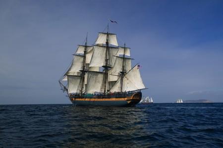 barco pirata: Tall bajo la protecci�n de los buques navegar con la tierra en el fondo
