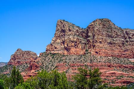 애리조나 북부에있는이 멋진 산들에있는 모든 다른 암석층을보십시오. 스톡 콘텐츠