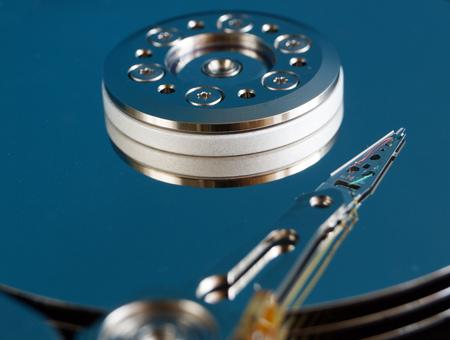 disco duro: Unidad de disco duro sin cubierta. Dentro del disco duro. Tecnología de almacenamiento de datos. De alta tecnología. Big data. Foto de archivo