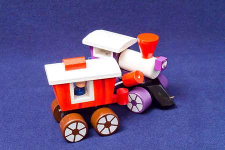 pull toy: Juguete de madera de tracci�n motor de juguete y el furg�n de cola