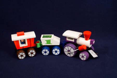 pull toy: Extracci�n de madera tren de juguete con motor y vag�n de cola Foto de archivo