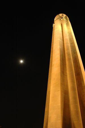 national landmark: Nazionale di riferimento si sorge proprio accanto a una luna piena.