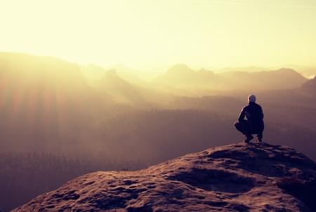 exito: Caminante se encuentra en un pico rocoso y disfrutar del paisaje Foto de archivo