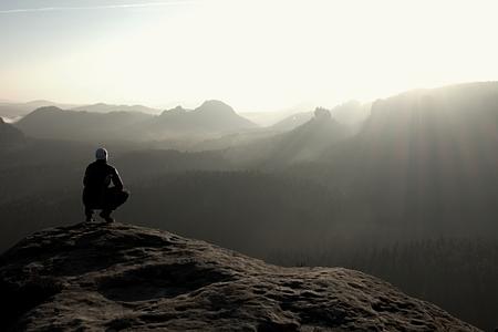 ハイカー岩ピークに座って、景色を楽しむ