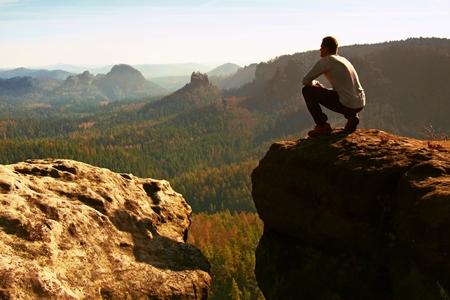 climber: Hoge toerist wandelaar man op de rots piek in rotsachtige bergen