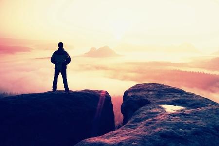 soledad: Momento de la soledad. Hombre en los imperios de rock y velará por el valle brumoso y brumoso mañana.