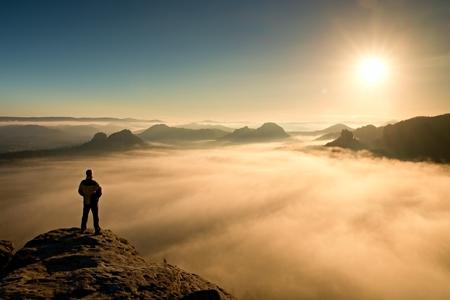 自然の奇跡国立公園ザクセン スイス連邦共和国と日美しい瞬間を見て砂岩の岩の頂上に立っている男