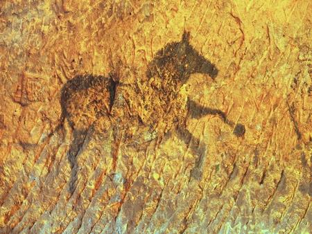 砂岩の洞窟で抽象芸術の子供。先史時代の画像のコピーの砂岩壁に馬のカーボン ブラック ペイント。
