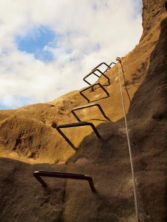 登山方法。鉄ネジ スナップ フックでブロックの固定ロープのツイスト。ロープの端は、砂岩の岩に固定されています。