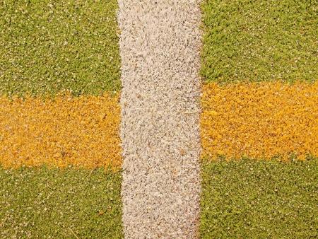 terrain de handball: Lignes color�es en plein air handball aire de jeux, surface en plastique vert clair sur le terrain et les lignes blanches, rouges et bleues limites.