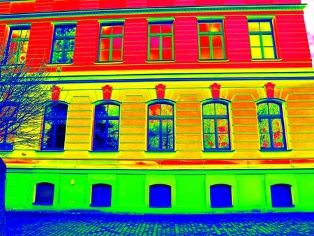 赤外線スキャン。古いスタイルのウィンドウをレンガの家の伝統的建築。廃棄物のサーマル ・ マップ。だけの効果です。