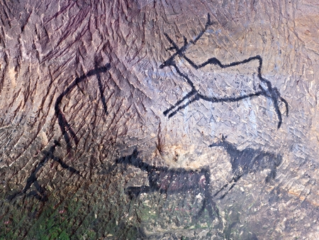 neanderthal: Abstract children art in cave. Black carbon paint of human hunting on sandstone wall, copy of prehistoric picture.Prehistoric drawings in cave. Bison, mammoth, deer, caveman. Primitive neanderthal art