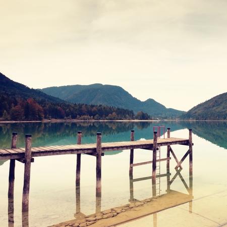 青いアルプス湖、マリーナのレンタル ボート岸壁の木製の空ホクロは。旅行の船の準備ができて。