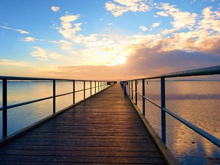 港の朝。観光ほくろ、海抜ウェット橋脚工事。日当たりの良い澄んだ青い空、滑らかな水位