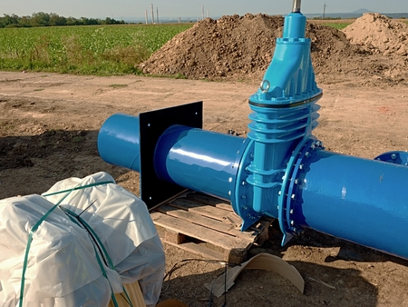 ductile: 500mm big new drink water Gate valve joint with screws and nuts to pipe fitting. Piping repair, unit on wooden pallet, fasteners and spare parts .