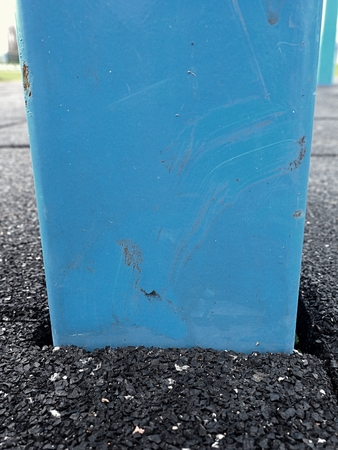 trapeze: Frame in flexible tile for playground. Tiles made from a mixture of rubber crumb and a flexible core. Flexible floor for outdoor exercise