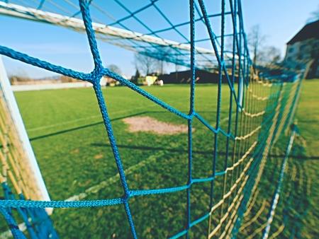 pasto sintetico: Fondo de fútbol de fútbol de red sobre la hierba verde y el estadio borroso. Fútbol, ??campo de fútbol. Fútbol, ??fútbol y fondo del objetivo. Gol Foto de archivo