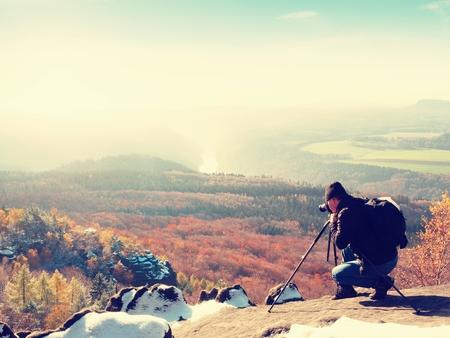 documenting profesional en acantilado el fotgrafo de la naturaleza toma las fotos con la