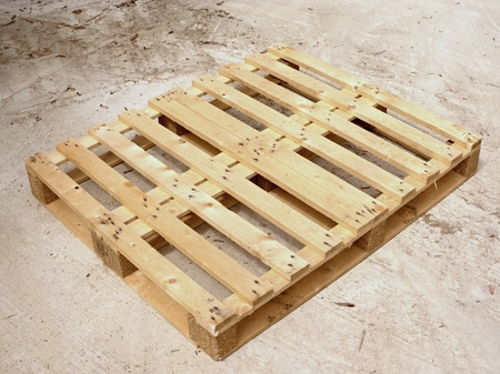 transporte terrestre: Wooden pallet on worn out concrete ground. Empty pallet ready for packing and shipping