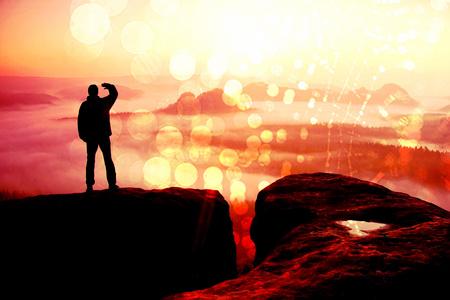 フィルム グレイン」エフェクト。幸せなハイカー、ロック帝国公園の頂上に立っている、太陽の霧と霧の朝谷を見守ってします。 写真素材