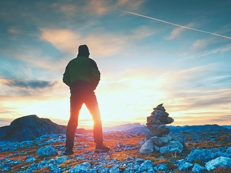 高山砂利山の頂上の石のピラミッドです。バレーの青い霧上夜明けの地平線。Horizoon から増加した山