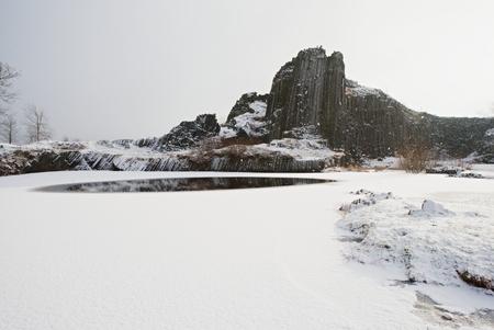 冬の玄武岩形成パンスカスカラ、チェコ共和国の近くのカメニッキーセノフ。焼け落ちた火山の露出した基底柱。 写真素材 - 96792351