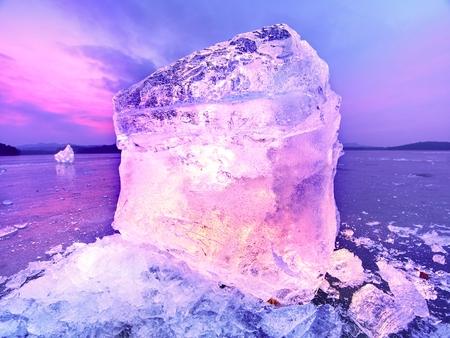 Eisberge und Eisschollen reflektierten das Abendlicht, flaches Eis in der stillen Bucht. Treibeis in der Lagune Standard-Bild