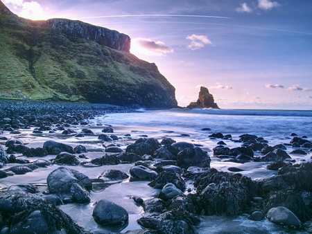 Rocky coast of sea. Slow shutter speed for smooth water level. Visite Talisker Bay on the Isle of Skye in Scotland at sunset Stockfoto