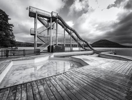 Aquapark au lac Machovo, République tchèque 24 septembre 2018. Matin froid d'automne avec niveau d'eau brumeux. Fin de saison en station balnéaire naturelle Banque d'images