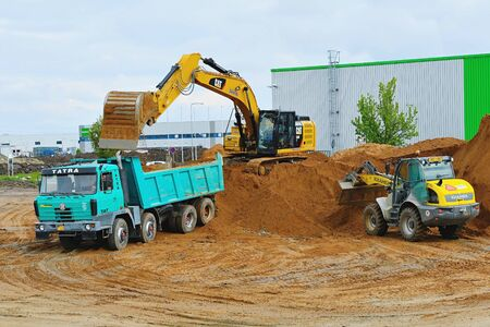 Bagger graben und laden den Aushub auf LKW auf der Baustelle. Hhydraulischer Showel-Fulfillment-LKW. . 10. Mai 2019, Plasy Tschechien.