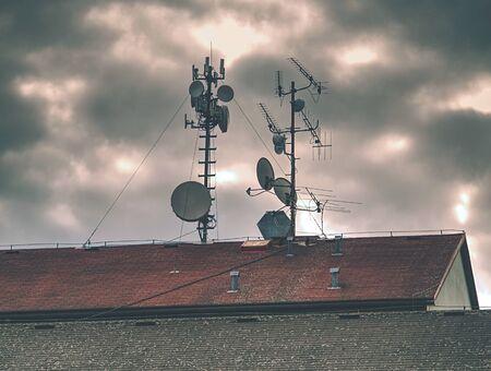 Équipement de télécommunication avec antennes TV, antenne parabolique et antennes micro-ondes
