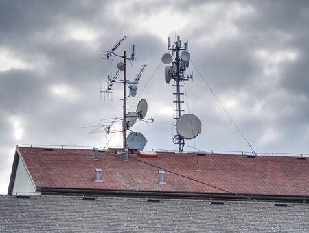 Antenne sur un toit brun par une journée ensoleillée. Antenne brune parabolique sur le vieux toit Banque d'images