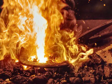 Fourneau Smith. Rose de fer unique faite à la main en métal chaud dans un poêle de forge Banque d'images
