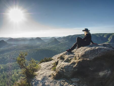 Cow woman hiker with hat and glassess  enjoying amazing valley landscapes view on a top of mountain. Banque d'images - 138297580
