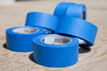Rol van blauwe schilders tapes dan multiplex