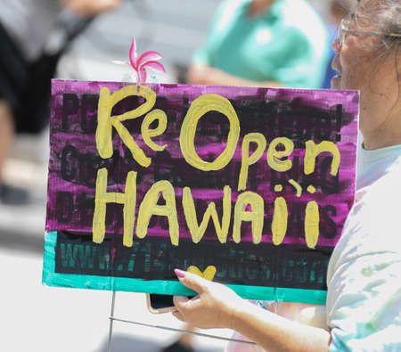 HONOLULU HAWAII: May 1st, 2020: ReOpen Hawaii Rally, Protests to reopen businesses during Coronavirus COVID-19 shutdowns at the Hawaii State Capitol. 新聞圖片