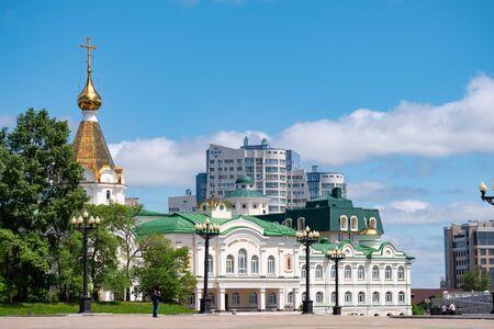 Cattedrale di Spaso-Preobrazhensky a Khabarovsk sullo sfondo del cielo nuvoloso blu. Editoriali