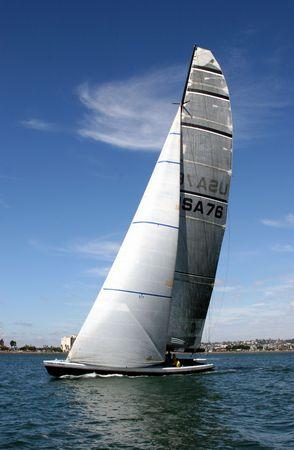 bateau de course: America's Cup Yacht sur la baie de San Diego