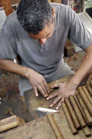 A cigar roller produces hundreds of smokes in a couple of hours, Havana, Cuba Banco de Imagens