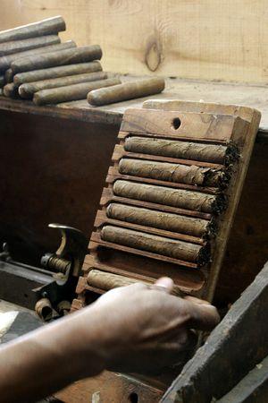 cigarro: Un rodillo de cigarros produce cientos de fuma en un par de horas, La Habana, Cuba Foto de archivo
