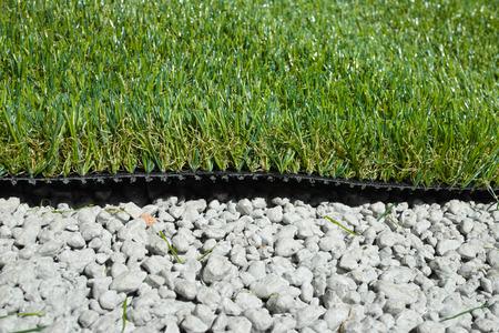 pasto sintetico: hierba sintética aplicada sobre grava cementada