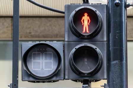 semaforo peatonal: Las luces rojas de tr�fico peatonal bajo la luz del sol