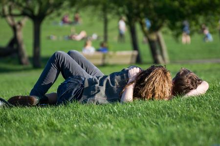 pareja enamorada: amantes en el parque en la hierba