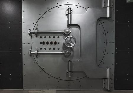 Geschlossene Banktresortür aus Stahl, Nahaufnahme. Bank Tresor. Sichere Aufbewahrung von Wertsachen