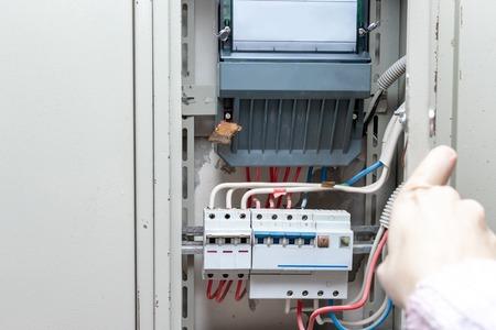 Automatische Schalter mit Drähten und Stromzähler im elektrischen Schild hautnah.