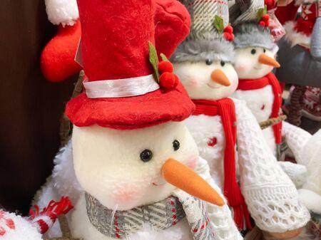 Decorative textule funny snowmen on a shelf at christmas market fair in mall. Reklamní fotografie - 137124136