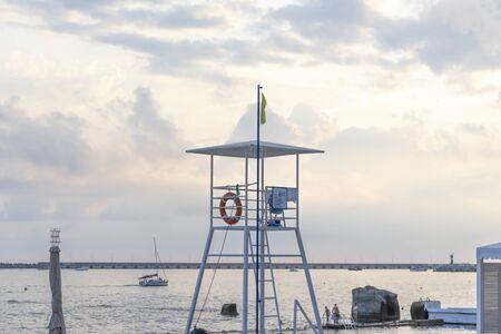Torre de salvavidas, puesto de rescate en la playa, lugar donde se sienta el salvavidas y vigile la seguridad de las personas que nadan.