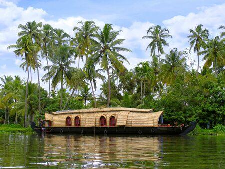 Huis en palmbomen, Achterwateren van Kerala. Indië Stockfoto